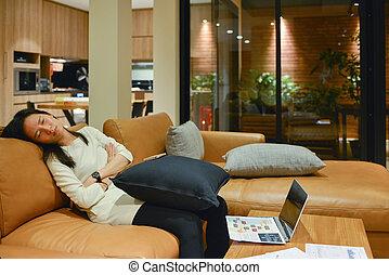 żyjący, kobieta, pokój, handlowy, sofa, spanie, noc