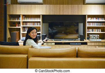 żyjący, kobieta, pokój, oglądając tv, ekran, czysty, asian, noc