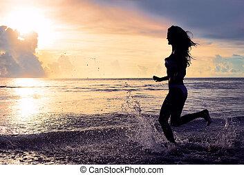 żyjący, kobieta, zdrowy, concept., beztroski, żywotność, urlop, woda, wyścigi, plaża., zachód słońca, krople
