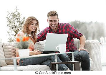 żyjący, oglądając, room., film, para, nowoczesny, ulubieniec, młody, znowu, posiedzenie, szczęśliwy