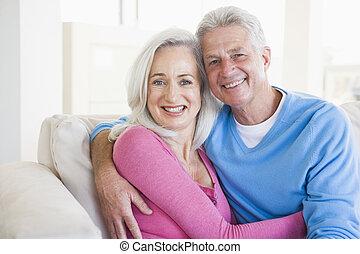 żyjący, para, pokój, odprężając, uśmiechanie się