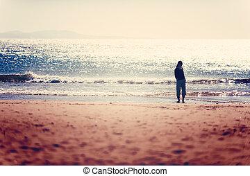żyjący, pojęcie, zdrowy, wpływy, essaouira, urlop, wolny, chód, kobieta, plaża., żywotność, zachód słońca, troska, przed