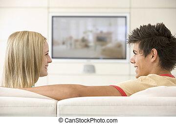 żyjący, telewizja, pokój, oglądając, para, uśmiechanie się