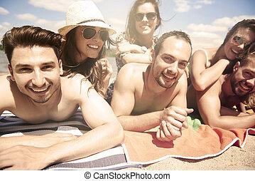 άθροισμα από γνωριμία , ηλιοθεραπεία , στην παραλία