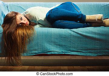 άκεφος γυναίκα , με γραμμές , καναπέs