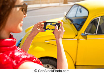 άμαξα αυτοκίνητο γυναίκα , γριά , βγάζω φωτογραφία , κίτρινο
