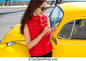 άμαξα αυτοκίνητο γυναίκα , κομψός , κίτρινο , τηλέφωνο