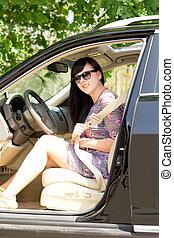 άμαξα αυτοκίνητο γυναίκα , μελαχροινή , νέος , ελκυστικός