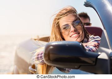 άμαξα αυτοκίνητο γυναίκα , παραλία , ξένοιαστος , ευτυχισμένος