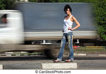 άμαξα αυτοκίνητο , κορίτσι , ακουμπώ , δρόμοs