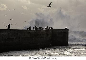 άνθρωποι , βλέπων , καταιγίδα , θάλασσα