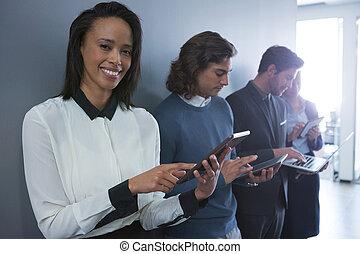 άνθρωποι , ζεύγος ζώων , ηλεκτρονικός , έμβλημα , επιχείρηση , χρησιμοποιώνταs