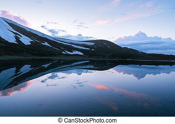 άνοιξη , βουνήσιος ερυθρολακκίνη , τοπίο , λυκόφως