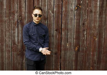 άντραs , μέσα , μόδα , γυαλλιά ηλίου , με , ένα , γαλάζιο πουκάμισο , και , μαύρο άσθμα , κοντά , ένα , κρασί , άγαρμπος εξωτερικός τοίχος οικοδομής