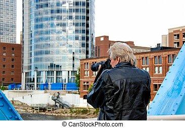 άντραs , με , φωτογραφηκή μηχανή , μέσα , πόλη