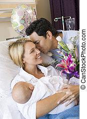 άπειρος αίτιο , με , μωρό , και , σύζυγοs , μέσα , νοσοκομείο , χαμογελαστά