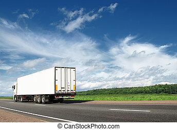 άσπρο , φορτηγό , τρέχει με ταχύτητα , μακριά , επάνω , άκρη γηπέδου δημοσιά , κάτω από , γαλάζιος ουρανός