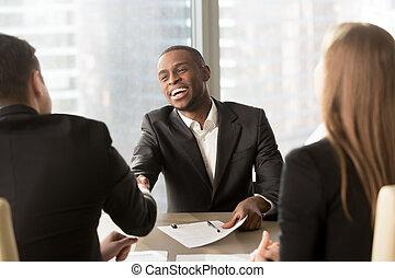άσπρο , m , ερεθισμένος , μαύρο , επιχειρηματίας , συνεργάτηs , χαμογελαστά , χειραψία