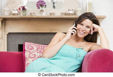 έγκυος γυναίκα , μέσα , καθιστικό , αποκαλύπτω αναμμένος τηλέφωνο , και , χαμογελαστά