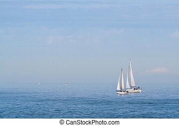 ένα , ζευγάρι , από , sailboats , μέσα , ο , θάλασσα