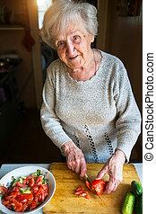 ένα , ηλικιωμένος γυναίκα , μπριζόλεs , λαχανικά , για , ένα , salad.