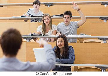 αίθουσα , αίρω , φοιτητόκοσμος , χέρι , ομιλητήσ, υφηγητής , ζητάω , διάλεξη , ερώτηση , ανήρ άγκιστρο στερέωσης ρούχων , αυτόν , κάθονται