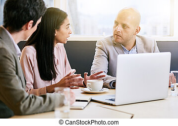 αίθουσα σύσκεψης , επιχείρηση , ανακοινώνω , τρία , κατά την διάρκεια , συνάντηση , στελέχη