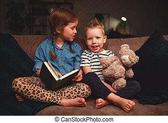 αγόρι , βράδυ , σκοτάδι , μικρόκοσμος , δεσποινάριο ανάγνωση , βιβλίο , ευτυχισμένος