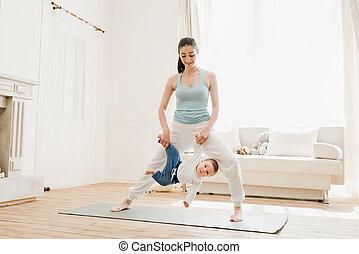 αγόρι , γιόγκα , εξάσκηση , μωρό , μητέρα , αστείο , κατά την διάρκεια , έχει