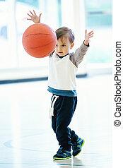 αγόρι , γυμναστήριο , μπάλα , μπόμπιραs , παίξιμο