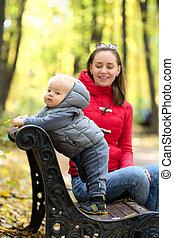 αγόρι , δικός του , γριά , έτος , πάρκο , εις , φθινόπωρο , μητέρα , μωρό