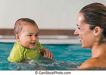 αγόρι , δικός του , μητέρα , μωρό , χαμογελαστά , κερδοσκοπικός συνεταιρισμός , κολύμπι