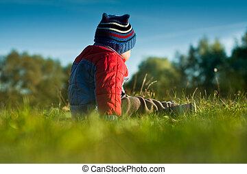 αγόρι , μικρός , γρασίδι , κάθονται