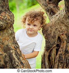 αγόρι , μικρός , δέντρο , κάθονται