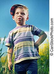 αγόρι , μικρός , λιβάδι , περίεργος