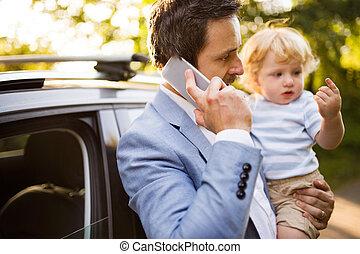 αγόρι , μικρός , smartphone, πατέραs , νέος , δικός του , άμαξα αυτοκίνητο.