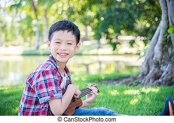 αγόρι , πάρκο , παίξιμο , μικρή κιθάρα