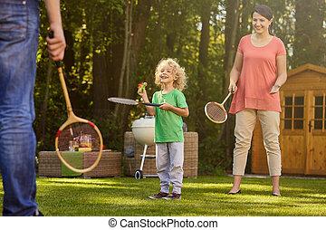 αγόρι , παιγνίδι όμοιο με τέννις , γονείς , παίξιμο