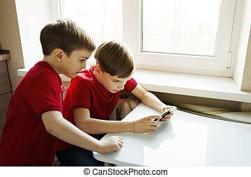 αδέλφια , κάθονται , δυο , τηλέφωνο , παίξιμο , κουζίνα