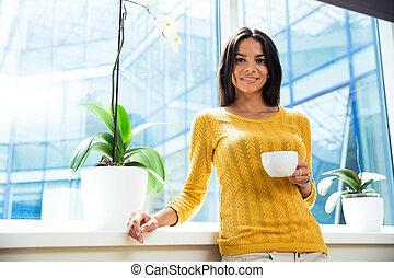 ακάθιστος , επιχειρηματίαs γυναίκα , φλιτζάνι του καφέ