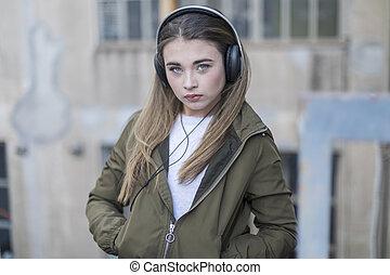 ακάθιστος , κουραστικός , ακουστικά , ανώριμος δεσποινάριο , ανέμελος