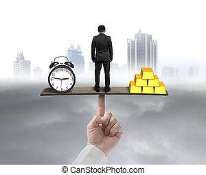 ακάθιστος , χρυσός , ρολόι , αιώρα , ζυγαριά , ανάμεσα , επιχειρηματίας