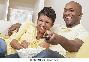 αμερικανός , αφρικανός , ζευγάρι , τηλεοπτικός αγρυπνία
