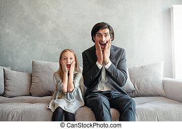 αμφότεροι , κόρη , κοιτάζω , πατέραs , αγριομάλλης , κάτι