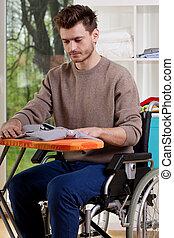ανάπηρος , σινέρωμα , άντραs , ποκάμισο , κάθονται