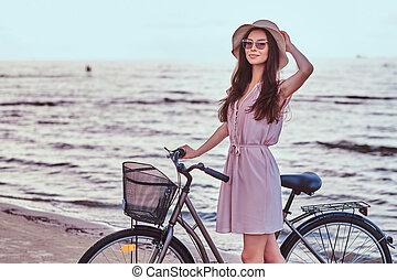 ανέχομαι sunglasses , αυτήν , παραλία , παραλία , εναντίον , φόντο. , καταπληκτικός , βαδίζω , ποδήλατο , κορίτσι , ευτυχισμένος , φόρεμα , αισθησιακός , καπέλο