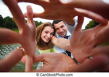 ανήρ και γυναίκα , χαμόγελο , αγγίζω , δικό τουs , ανάμιξη ακάλυπτος , αναφορικά σε άρθρο κάμερα