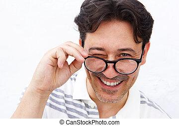 αναβοσβήνω , ώριμος , ιλαρός , κράτημα , άντραs , γυαλιά