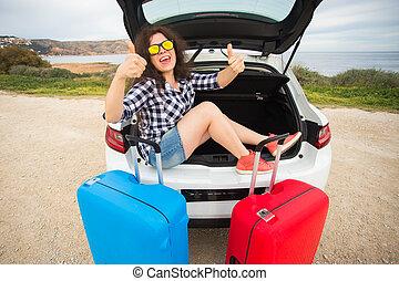 ανακριτού. , καλοκαίρι , γυναίκα δεσποινάριο , κάθονται , αυτοκίνητο , εκδήλωση , πίσω , νέος , άμαξα αυτοκίνητο. , αντίστοιχος δάκτυλος ζώου , κιβώτιο , χαμογελαστά , ανοίγω , ταξίδι , δρόμοs , γέλιο