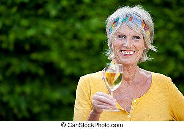 αναπτυγμένος γυναίκα , απολαμβάνω , λευκό κρασί